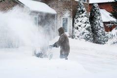 Mężczyzna rozjaśnia podjazd z snowblower zdjęcia royalty free