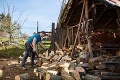 Mężczyzna rozszczepia drewno obrazy royalty free