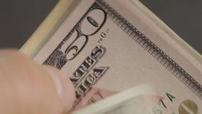 Mężczyzna rozważa notatki na 100 dolarach Zakończenie s biznesmena ` ręki Mężczyzna rozważa notatki zamyka up zdjęcie wideo