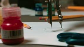 Mężczyzna rysuje cyrklowego rysunek zdjęcie wideo