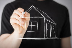 Mężczyzna rysuje dom na wirtualnym ekranie Obrazy Royalty Free