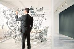 Mężczyzna rysuje plan biznesowego na szklanym rozdziale w pokoju konferencyjnym Zdjęcie Royalty Free