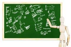Mężczyzna rysuje różnorodnych wykresy i mapy na zielonym chalkboard obrazy royalty free