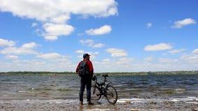 Mężczyzna rzeką z bicyklem zbiory wideo