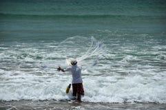 Mężczyzna rzuca sieć rybacką zdjęcia royalty free