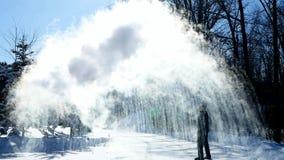 Mężczyzna rzuca wrzącą wodę minus w 20 stopni zimy mroźnego powietrze na słonecznym dniu w Minnestoa zbiory wideo