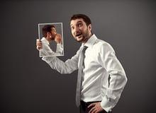 Mężczyzna słucha jego wewnętrznego głos zdjęcia royalty free