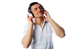 Mężczyzna słucha muzyka z hełmofonami zdjęcie stock