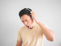 Mężczyzna słucha szczęśliwa muzyka Fotografia Royalty Free
