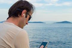 Mężczyzna Słuchająca muzyka na telefonie Obraz Stock
