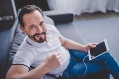 Mężczyzna słuchająca muzyka w słuchawkach obraz stock