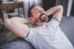 Mężczyzna słuchająca muzyka w słuchawkach zdjęcia stock