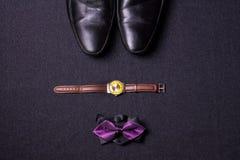 Mężczyzna ` s akcesoria na czarnym tle wiążą portfla zegarka patki sho obraz royalty free