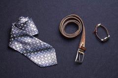 Mężczyzna ` s akcesoria na czarnym tle wiążą portfla zegarka patki sho zdjęcie royalty free