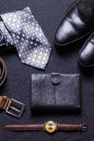 Mężczyzna ` s akcesoria na czarnym tle wiążą portfla zegarka patki sho obrazy stock