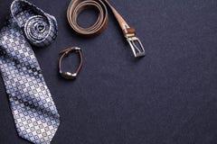 Mężczyzna ` s akcesoria na czarnym tle wiążą portfla zegarka patki sho Fotografia Stock