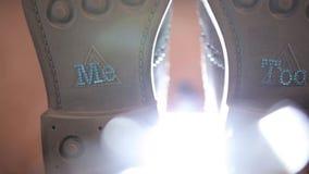 Mężczyzna ` s buty fornal na dniu ślubu przed solenną ceremonią zdjęcie wideo