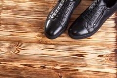 Mężczyzna ` s buty na drewnianym tle Fotografia Royalty Free