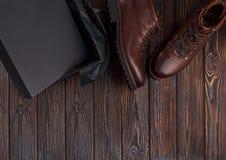 Mężczyzna ` s buty z pudełkiem na drewnianym tle Fotografia Royalty Free