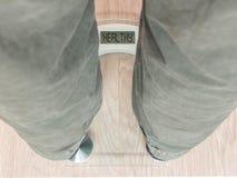 Mężczyzna ` s cieki na ciężar skala - Zdrowej Fotografia Royalty Free