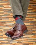 Mężczyzna ` s cieki w parze buty i skarpety zdjęcia stock
