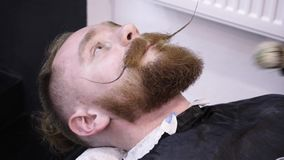 Mężczyzna ` s hairstyling i haircutting w fryzjera męskiego sklepie włosianym salonie lub zbiory wideo