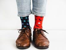 Mężczyzna ` s iść na piechotę w skarpetach i eleganckich butach jaskrawych, kolorowych, obraz stock