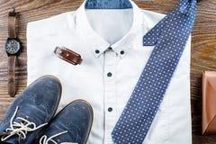Mężczyzna ` s klasyka stroju odzieżowy mieszkanie kłaść z formalną koszula, wiąże, buty i akcesoria Zdjęcie Stock