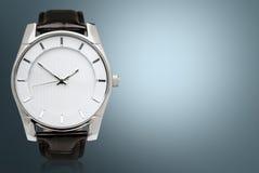 Mężczyzna ` s machinalny zegarek na ciemnym tle Obrazy Stock