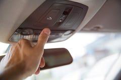 Mężczyzna ` s palca nagłego wypadku sos naciskowy guzik kontakt z centrum telefonicznym pytać dla pomocy po wypadku samochodowego zdjęcia royalty free