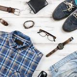 Mężczyzna ` s przypadkowy strój Mężczyzna ` s mody akcesoria na białym drewnianym tle i odzież Obraz Royalty Free