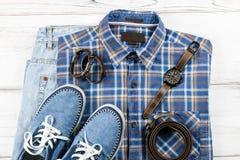 Mężczyzna ` s przypadkowy strój Mężczyzna ` s mody akcesoria na białym drewnianym tle i odzież, mieszkanie nieatutowy Obrazy Stock