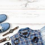 Mężczyzna ` s przypadkowy strój Mężczyzna ` s mody akcesoria na białym drewnianym tle i odzież, mieszkanie nieatutowy Fotografia Royalty Free