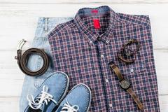 Mężczyzna ` s przypadkowy strój Mężczyzna ` s mody akcesoria na białym drewnianym tle i odzież, mieszkanie nieatutowy Zdjęcie Royalty Free