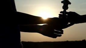 Mężczyzna ` s ręka daje mistrza pucharowi inny jeden przy zmierzchem w mo zbiory wideo