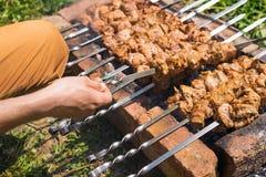 Mężczyzna ` s ręka obraca kebabs lub grilla na grillu cegły samochodowej miasta pojęcia Dublin mapy mała podróż Fotografia Stock