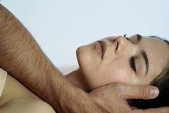 Mężczyzna ` s ręka pieści dziewczyny ` s twarz w ranku dzień dobry przebudzenie Popiera zamazany biały tło zdjęcia stock