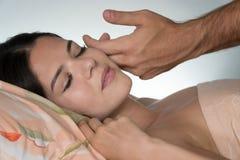 Mężczyzna ` s ręka pieści dziewczyny ` s twarz w ranku dzień dobry przebudzenie Popiera zamazany biały tło zdjęcie royalty free