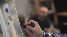 Mężczyzna ` s ręka rysuje z błękitnym markierem zdjęcie wideo