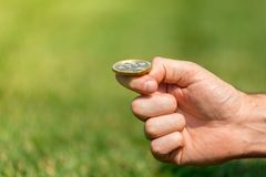 Mężczyzna ` s ręka rzuca złocistej monety bitcoin Fotografia Royalty Free