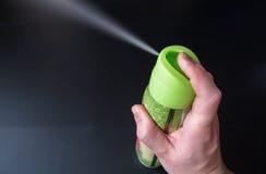 Mężczyzna ` s ręka trzyma lotniczego freshener rozpylać i butelkę Zdjęcie Royalty Free