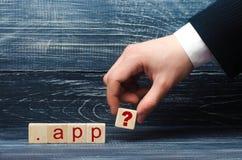 Mężczyzna ` s ręka w kostiumu trzyma out kwadrat z znakiem zapytania inskrypcja App Domena wysoki poziom obraz stock