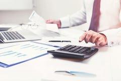 Mężczyzna s ręki i kalkulator Obraz Stock