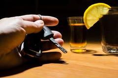 Mężczyzna ` s ręki mienia samochodu klucze przy barem Zdjęcia Royalty Free