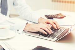 Mężczyzna s ręki pisać na maszynie przy laptopem Fotografia Royalty Free
