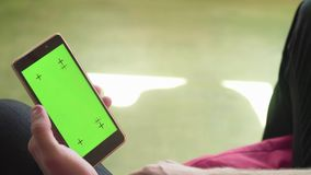 Mężczyzna ` s ręki scrolling smartphone z zieleń ekranem zdjęcie wideo