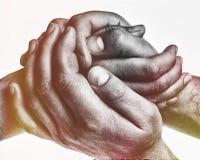 Mężczyzna ` s ręki trzymają żeńskiej palmy zdjęcia royalty free
