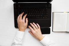 Mężczyzna ` s ręki z laptopu notatnikiem Zdjęcie Royalty Free