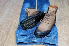 Mężczyzna ` s rzemienni buty na niebieskich dżinsach Obrazy Royalty Free