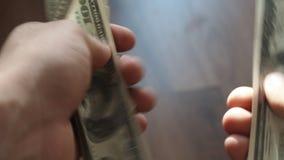 Mężczyzna ` s wręcza liczyć sto dolarowych rachunków zbiory